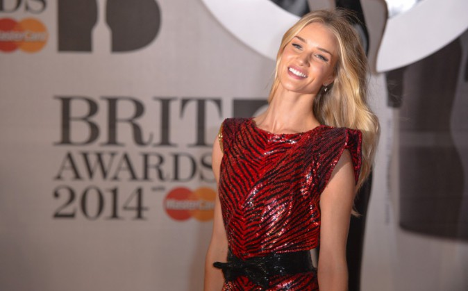 Rosie Huntington-Whiteley lors de la soirée des Brit Awards à Londres, le 19 février 2014.