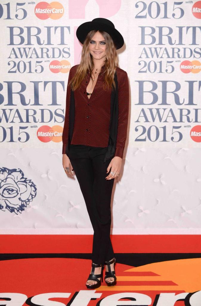 Brit Awards 2015 : Cara Delevingne et Karlie Kloss : deux tops canons mais totalement différents sur le tapis rouge !