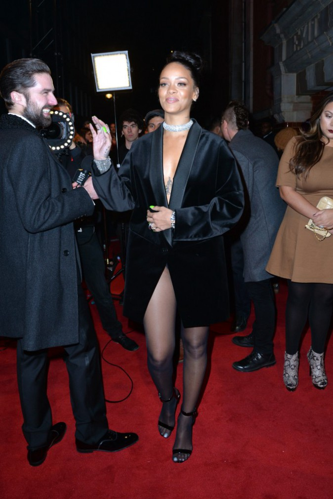 Photos : British Fashion Awards 2014 : Rihanna : à un bouton du topless, la barbadienne s'attire tous les regards !