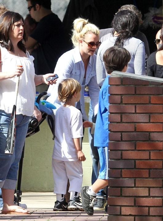 Britney, très attentive à sa petite tribu...