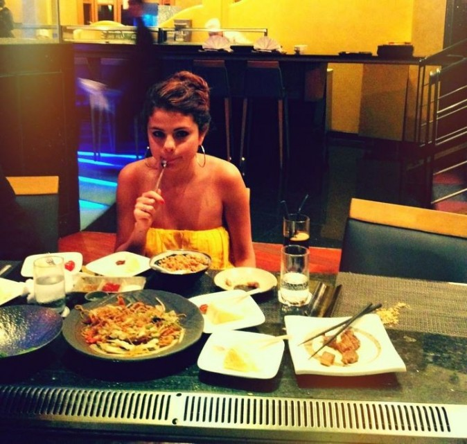 Selena adore manger