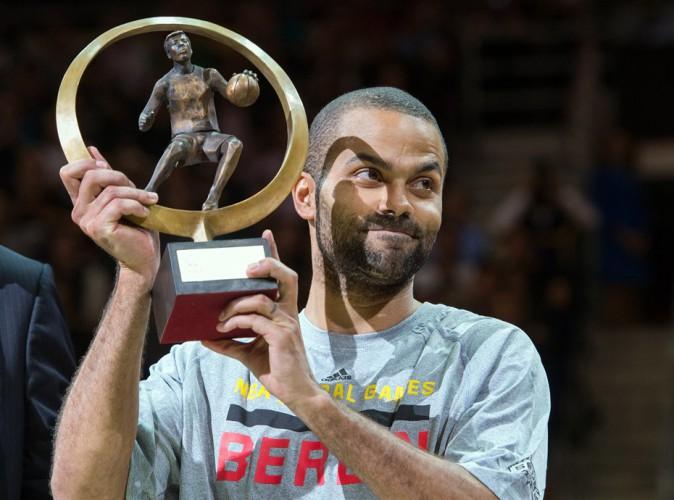 Tony Parker sacré meilleur basketteur européen de l'année 2014 (ici avec son trophée 2013)