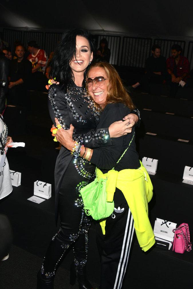Katy Perry à Los Angeles avec des fans ce lundi 11 juillet 2016