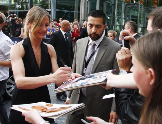Cameron peut enchaîner les autographes avec ses gros biscottos !