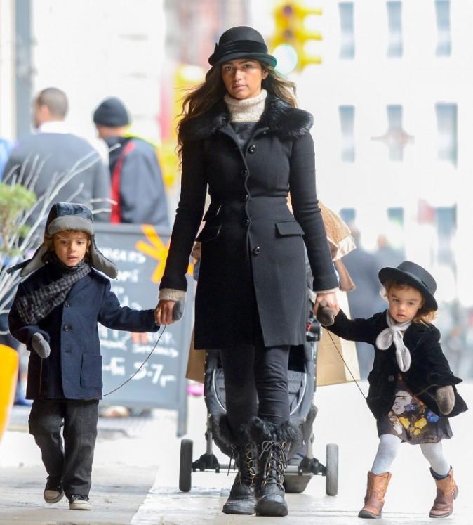 Camila Alves et ses enfants qui semblent tenus en laisse