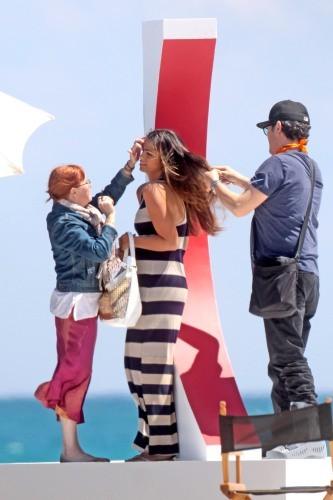 Camila Alves en plein shooting à Miami, le 28 mars 2013.