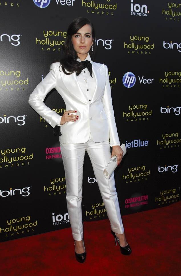 Camilla Belle, en costume blanc Tom Ford