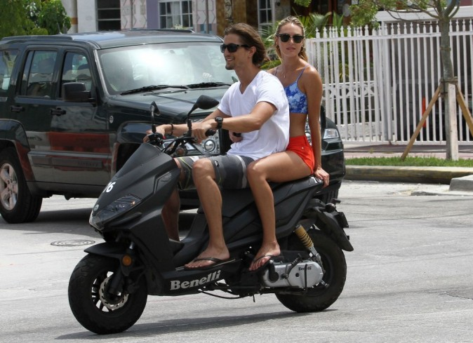 Candice Swanepoel et Hermann Nicoli en balade à Miami Beach, le 4 juillet 2012.