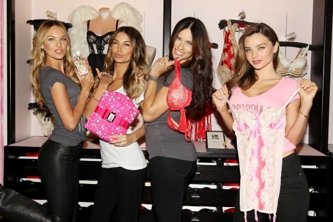 Candice Swanepoel, Lily Aldridge, Adriana Lima et Miranda Kerr en promo à New York, le 19 novembre 2012.