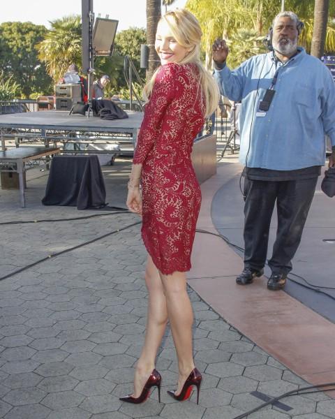 Candice Swanepoel en promo dans l'émission Extra à Los Angeles, le 9 décembre 2013.
