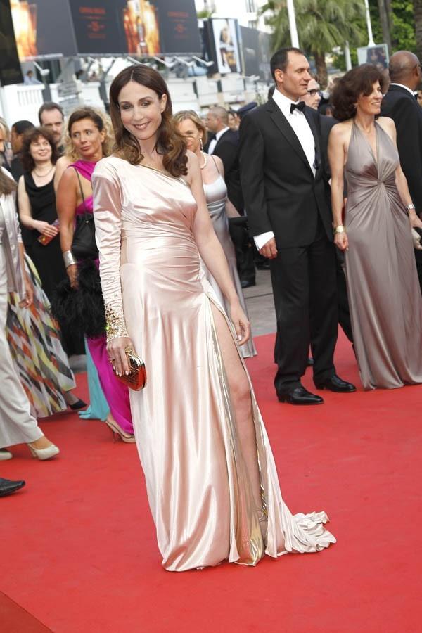Elsa Zylberstein, sculpturale dans sa robe ivoire !