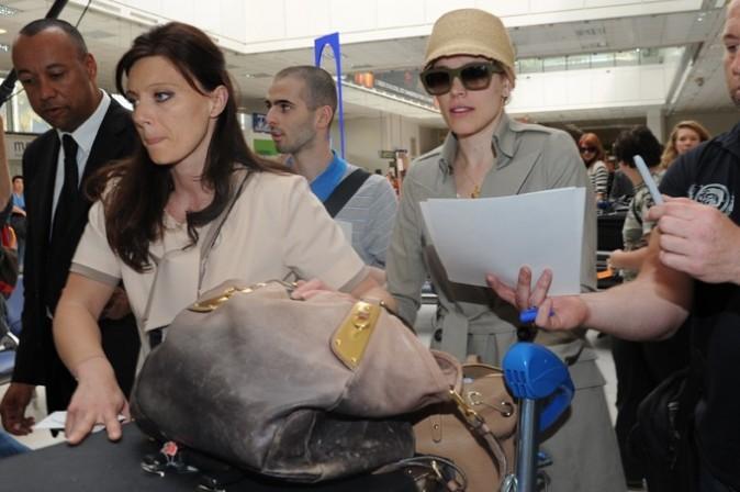Dès l'aéroport on demande des autographes, mais faut dire que Rachel McAdams fait tout pour se la jouer star...