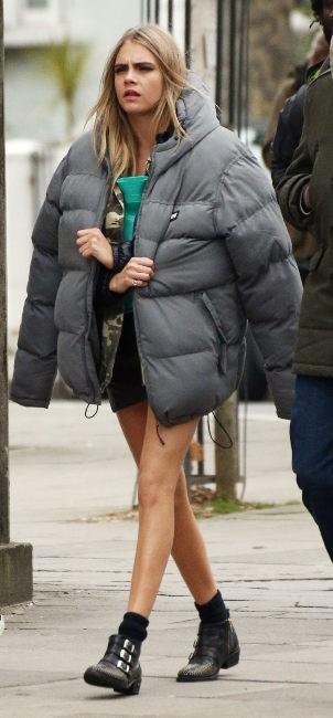 Cara Delevingne : face au froid londonien, elle se réchauffe comme elle peut !