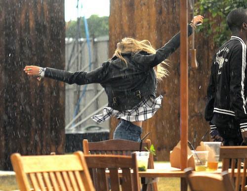 Photos : Cara Delevingne : la pluie la rend hystérique !