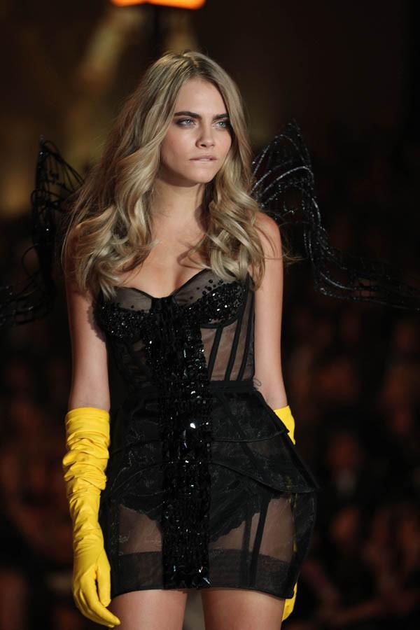 Cara Delevingne au Victoria's Secret Fashion Show, à New-York, le 13 novembre 2013