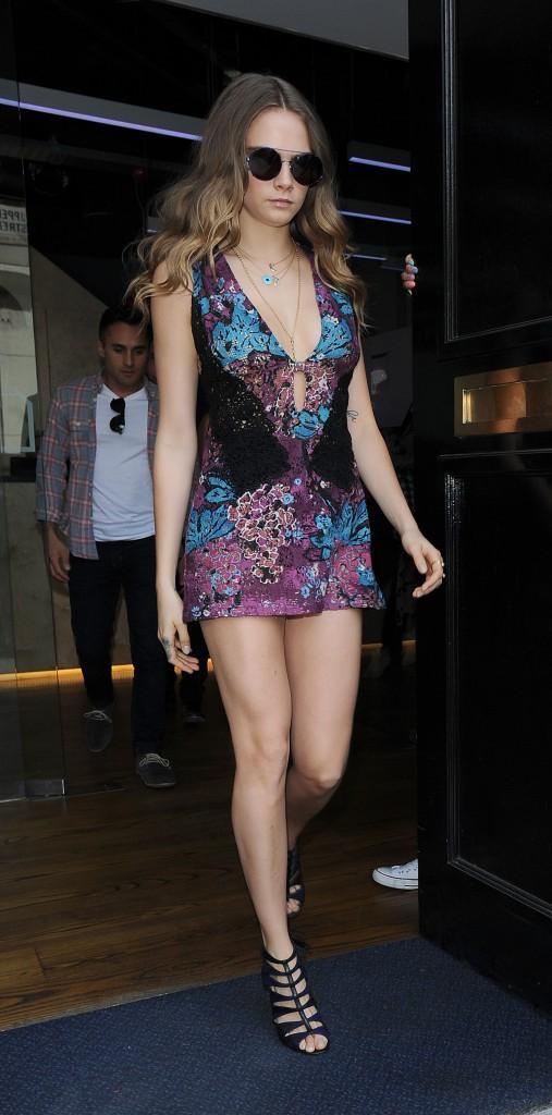 Photos : Cara Delevingne : mini robe et décolleté, elle montre tout !