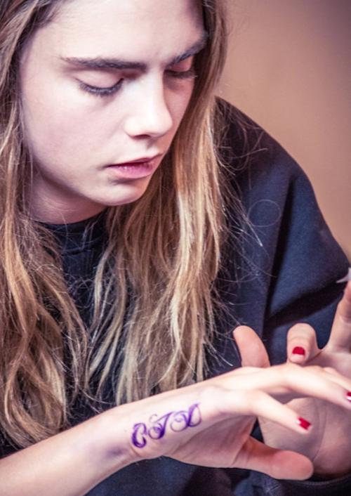 Photos : Cara Delevingne : prise par la folie des tatouages, elle se fait menacer par son agence et les marques de luxe !