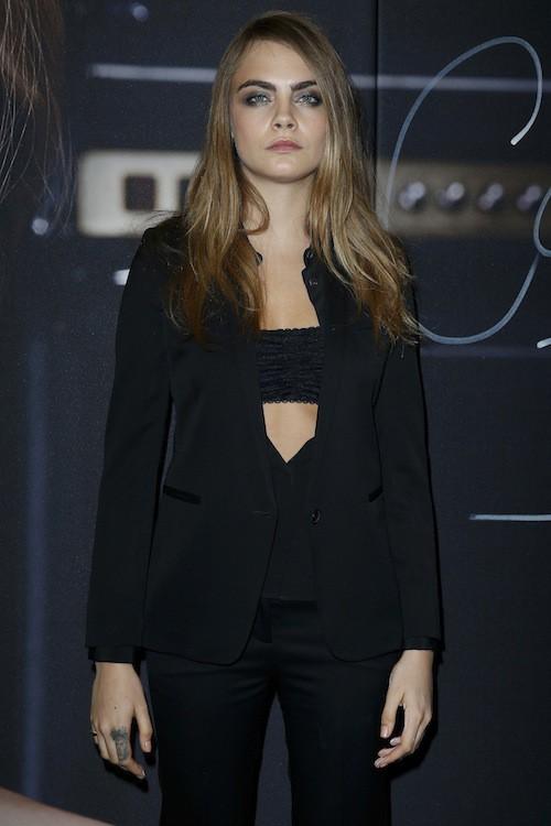 "Photos : Cara Delevingne : regard noir après sa bagarre avec Naomi et ""funny faces"" à Paris !"