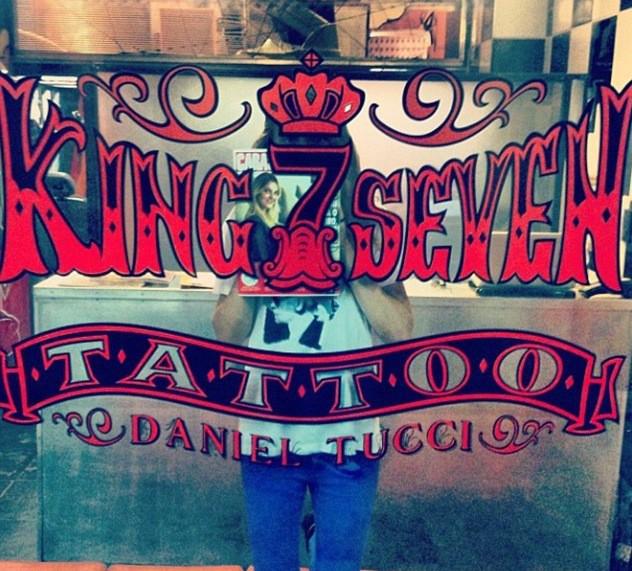 Photos : Cara Delevingne s'improvise tatoueuse une fois de plus !
