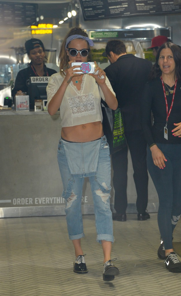 Photos : Cara Delevingne se moque des paparazzis !