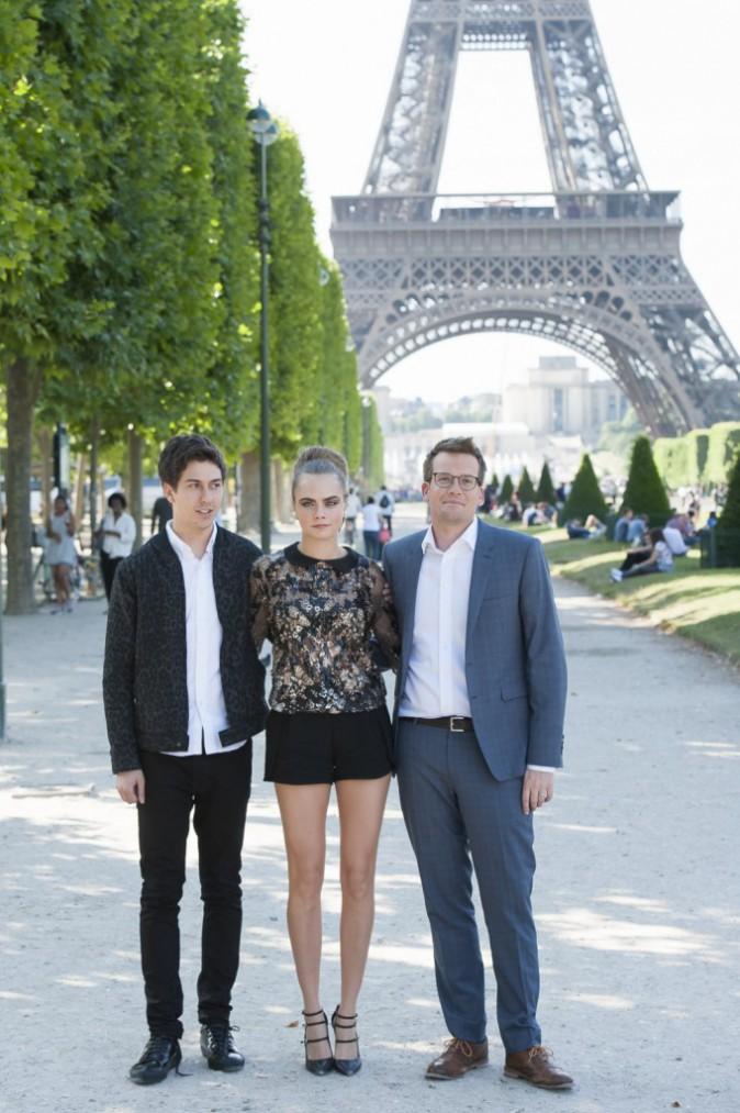 Photos : Cara Delevingne : une jolie fleur à Paris !