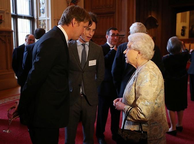 Eddie Redmayne rencontre la reine Elizabeth II le 4 avril 2013