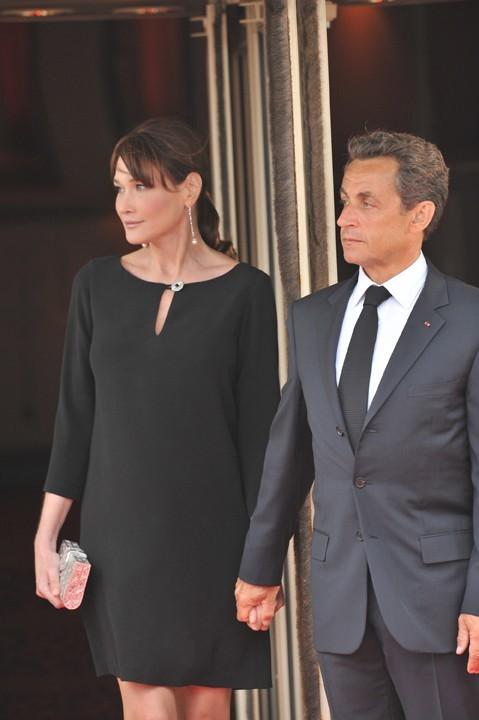 La petite robe noire, ça va avec tout, même avec un petit bidon!
