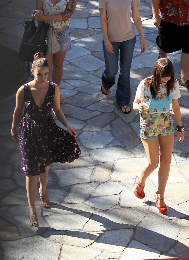 Carly Rae Jepsen et Jessica Lowndes sur le tournage de 90210 le 20 juillet 2012 à Los Angeles