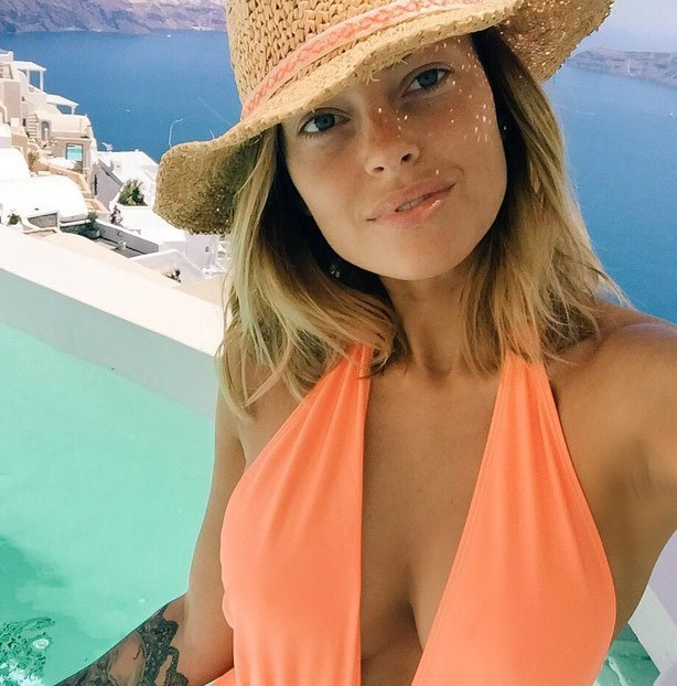 Caroline Receveur à Ibiza à Santorin