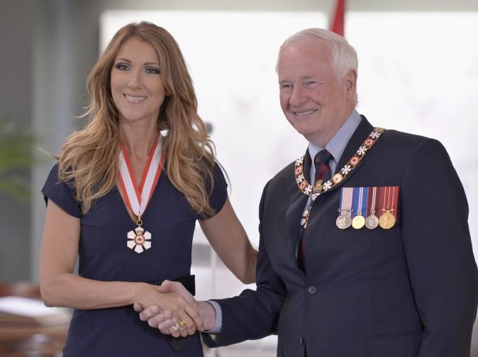 Céline Dion pose aux côtés de David Johnston après avoir reçu l'insigne de Compagnon de l'Ordre du Canada, le 26 juillet 2013 à Québec.