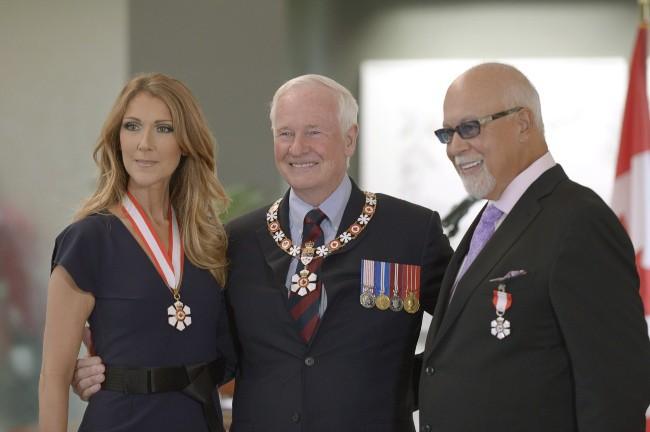 Céline Dion pose aux côtés de son mari René et de David Johnston après avoir reçu l'insigne de Compagnon de l'Ordre du Canada, le 26 juillet 2...