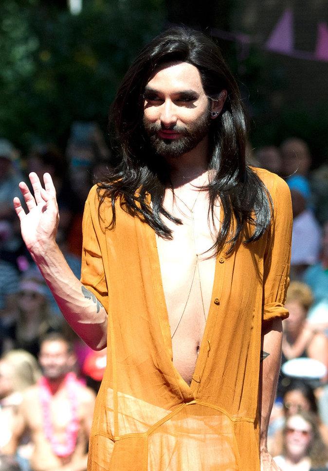 Contrairement aux stars citées précédement, Conchita Wurst est un travesti, il n'est pas transgenre