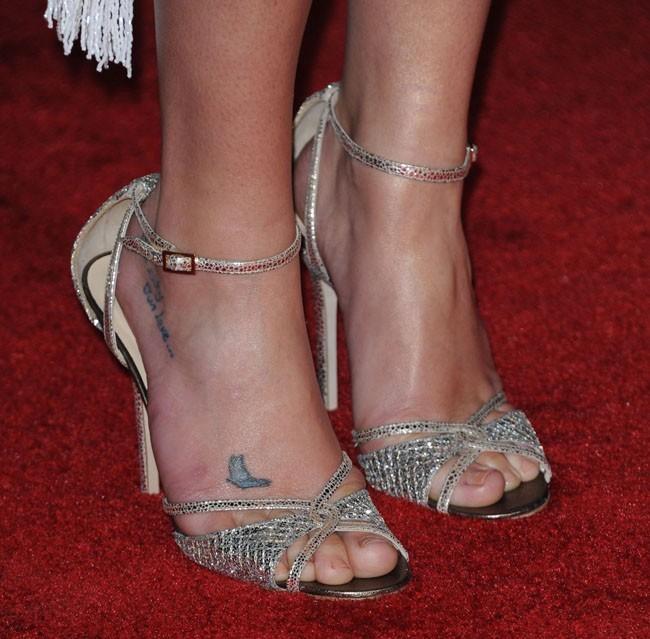 A qui sont ces pieds tatoués ?