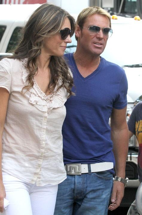 Elizabeth Hurley et son compagnon Shane Warne sur le tournage de Gossip Girl, le 27 juillet 2011.