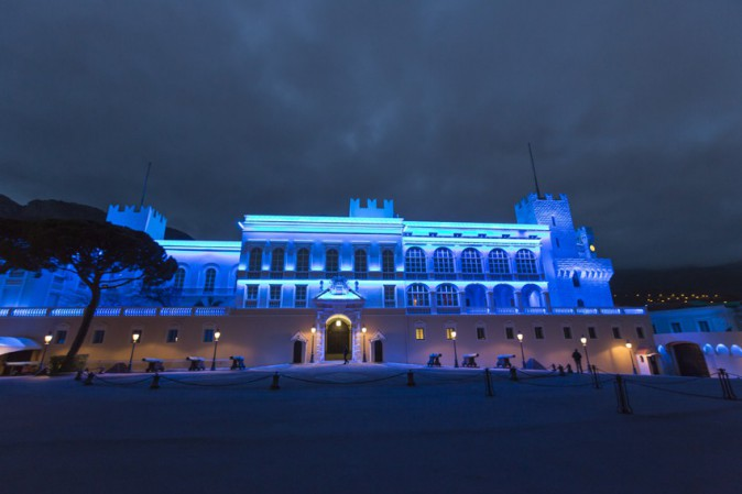 Le Palais princier de Monaco illuminé en bleu le 2 avril 2014