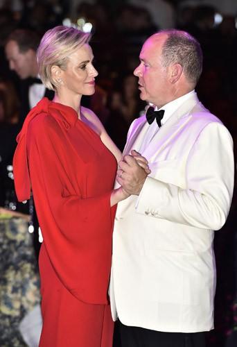 Photos : Charlène et Albert de Monaco amoureux face à l'étincelante Frédérique Bel !