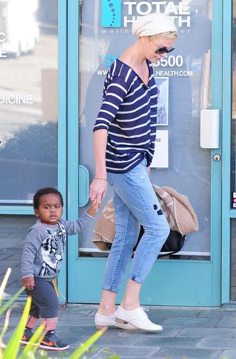 Charlize Theron, à nouveau blonde, s'offre une sortie en famille !