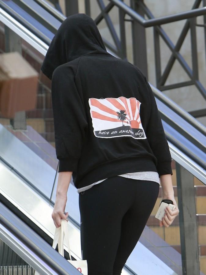 Charlize Theron se cache en sortant du yoga !