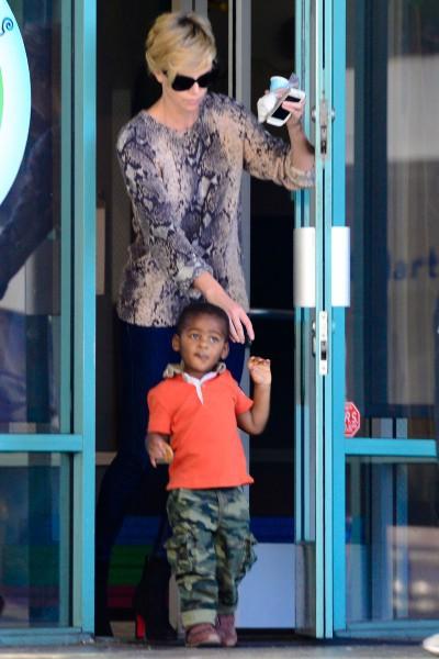 Charlize Theron et son fils Jackson à Los Angeles, le 13 janvier 2014.
