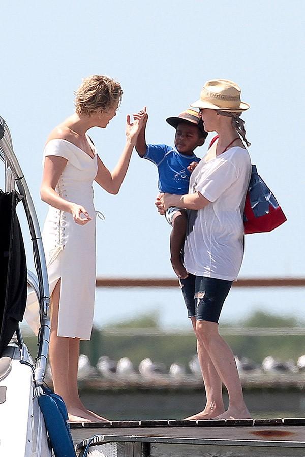 Charlize Theron avec son fils Jackson en Floride le 19 mars 2014