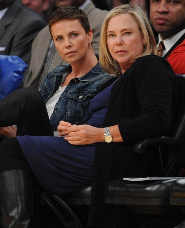 Charlize Theron sublime à un match de basket avec sa mère !