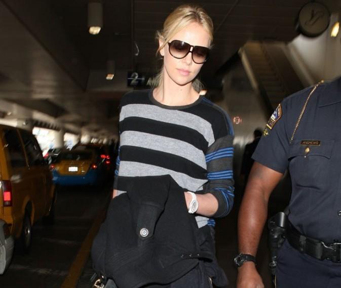 Charlize Theron arrive à l'aéroport de Los Angeles