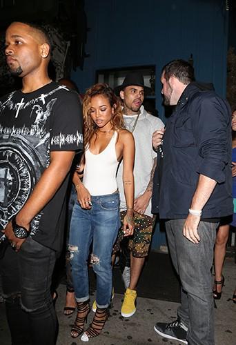 Chris Brown et Karrueche Tran entourés de fans à Los Angeles le 21 juin 2014