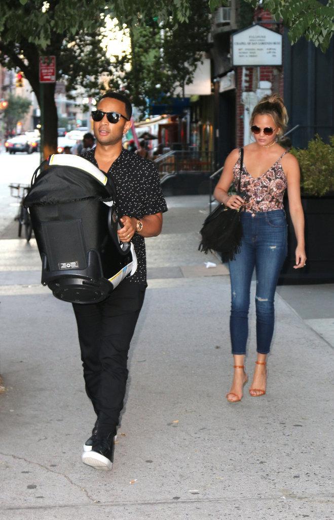 John Legend et Chrissy Teigen dans les rues de New York avec leur fille Luna Simone