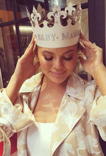 Chrissy Teigen avait une couronne incrustée de cristaux