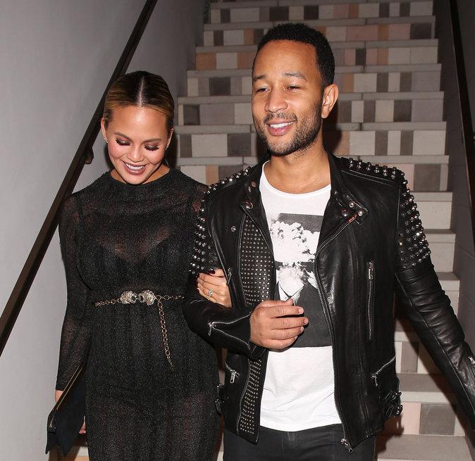 Chrissy Teigen et John Legend : un ventre qui s'arrondi et un futur papa aux anges