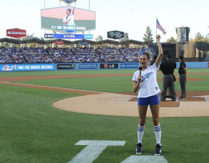 Chrissy Teigen a assuré en effectuant le premier lancer lors du match des Dodgers le 5 août au Dodger Stadium de Los Angeles