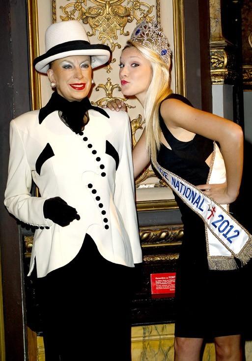 Tendre rapprochement entre la statue et Miss Prestige National !