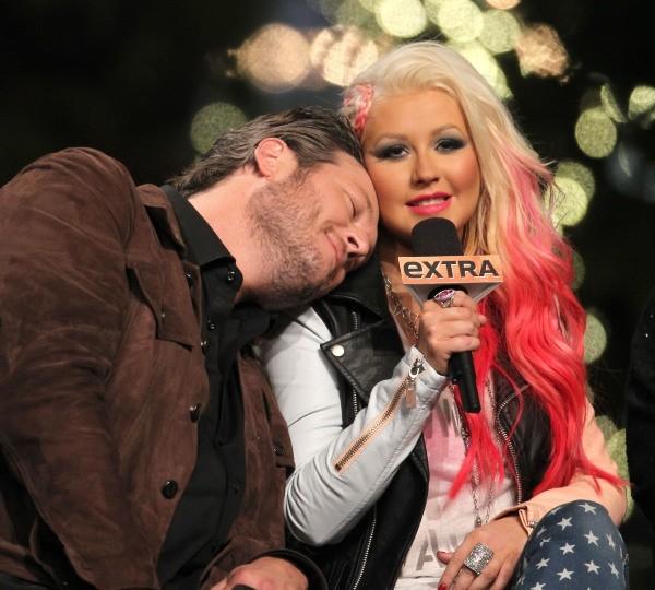 Blake Shelton et Christina Aguilera en promo sur le plateau de l'émission Extra à Los Angeles, le 5 novembre 2012.