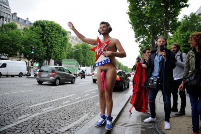 Photos : Christophe Beaugrand : à poil (ou presque) sur les Champs-Elysées !